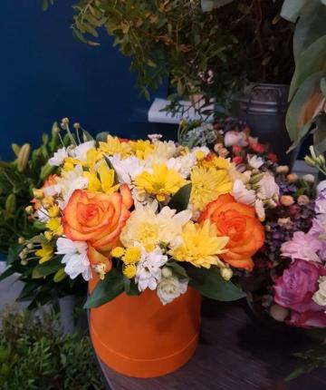 Композиция из хризантем, кустовых и эквадорских роз в шляпной коробке - 19 шт
