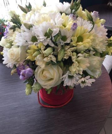 Композиция из хризантем, лизиантусов и эквадорских  роз в шляпной коробке - 27 шт.