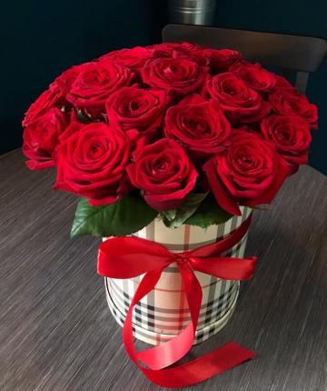 Композиция из красных эквадорских роз шляпной коробке - 17 шт
