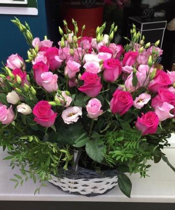 Композиция из российских роз, лизиантуса и фисташки в корзине - 75 шт.
