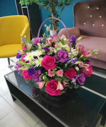 Композиция из роз, брасики, лизиантусов, хризантем и альстромерии - 37 шт.
