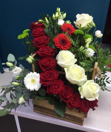 Композиция из роз, гербер, хризантем, лизиантуса и зелени в ящичке