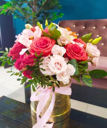 Композиция из роз лилий и зелени в в шляпной коробке - 19 шт