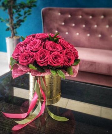 Композиция из роз в золотистой шляпной коробке - 25 шт
