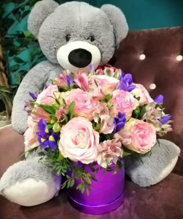 Композиция с ирисами и розами в шляпной коробке - 31 шт
