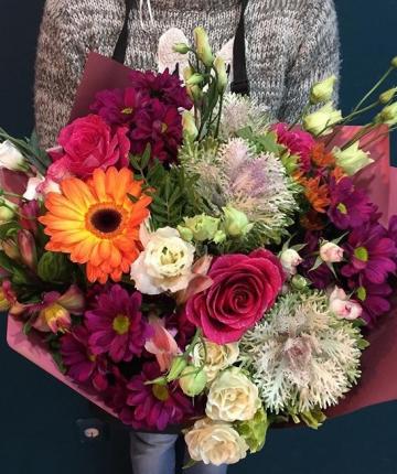 Микс букет из роз, гербер, брасики, хризантем и лизиантусов - 21 шт