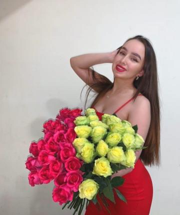 Микс из 45 алых и желтых эквадорских роз