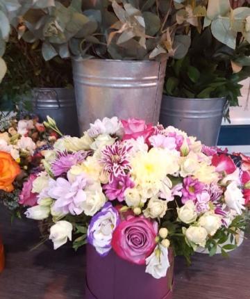 Микс композиция из роз, хризантем, лизиантусов в шляпной коробке - 23 шт
