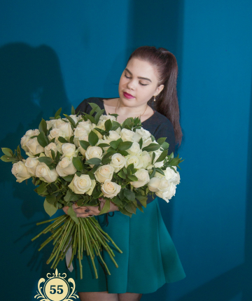 Букет из 51 белой эквадорской розы и 10 рускусов