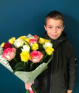 Букет из 19 разноцветных российских роз