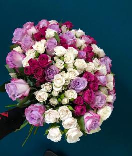 Букет из 45 кустовых и эквадорских роз