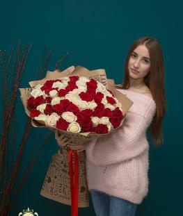 Букет из 51 красной и белой эквадорской розы