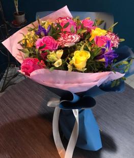 Букет из алых эквадорских роз, гвоздик и ирисов - 23 шт.