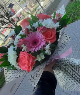 Букет из эквадорских роз, гербер, альстромерии, хризантем и зелени - 25 шт.