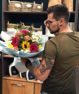 Букет из эквадорских роз, гербер и хризантем - 21 шт.
