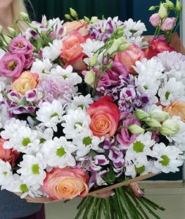 Букет из эквадорских роз, хризантем и лизиантусов - 35 шт.