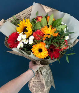 Букет из гербер, эквадорских роз и подсолнуха (15 шт.)