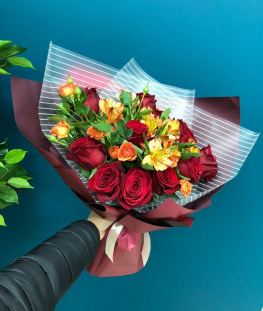 Букет из кустовых и эквадорских роз и альстромерий - 17 шт.