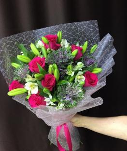 Букет из лилий, эквадорских роз и брассики - 17 шт.
