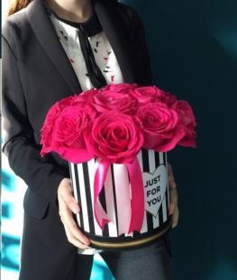 Композиция из 11 розовых эквадорских роз в коробочке
