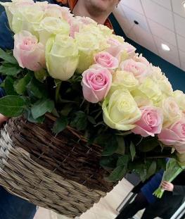 Композиция из 35 эквадорских роз в корзине