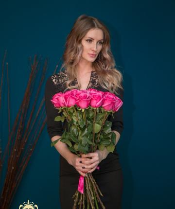 Яркий букет из 15 розовых эквадорских роз