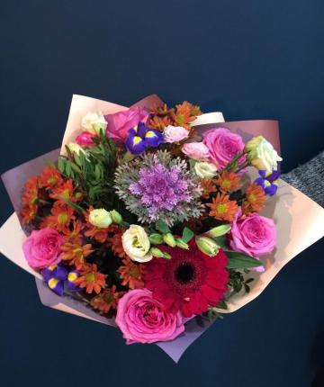 Яркий букет из гербер, брасики, ирисов, хризантем, лизиантусов и роз - 21 шт.
