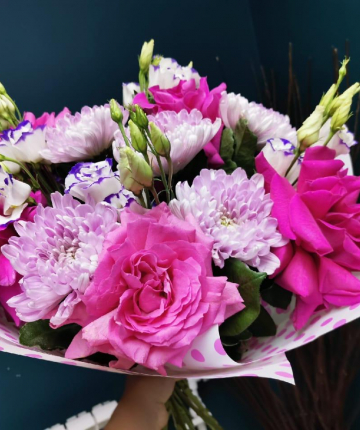 Яркий букет из хризантем, розовых эквадорских роз и лизиантусов - 19 шт.