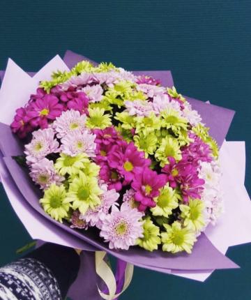 Яркий букет из разноцветных кустовых хризантем - 15 шт